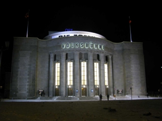 The Volksbühne theatre in Berlin, Germany. Facing the main entrance. © Schlaier, Source: Wikimedia Commons