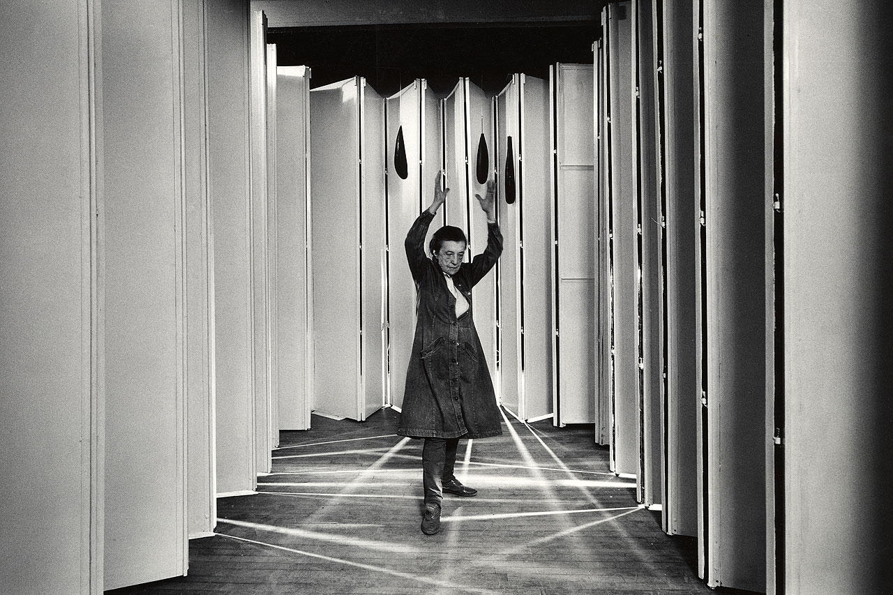 Louise Bourgeois inside Articulated Lair, 1986, From the MoMA Collection. Photo: © Peter Bellamy. © The Easton Foundation / Licensed by Copydan
