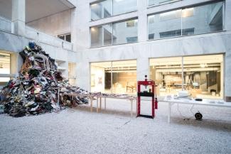 Daniel Knorr, Βιβλίο Καλλιτέχνη, 2017, installation view, Athens Conservatoire (Odeion), documenta 14. © Daniel Knorr/VG Bild-Kunst, Bonn 2017. Image: Mathias Völzke