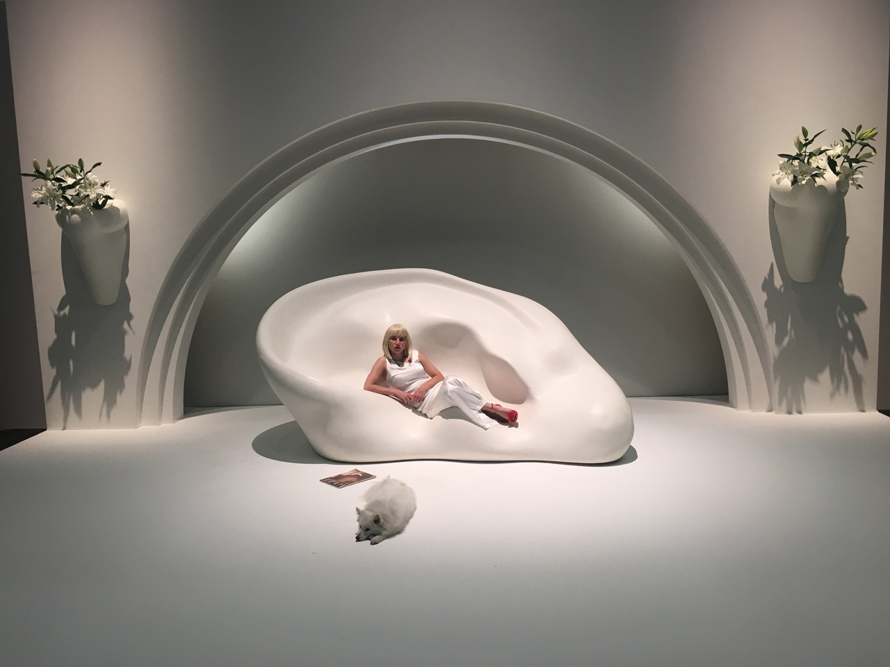John Baldessari, Ear Sofa; Nose Sconces with Flowers (in Stage Setting), 2009/2017. Courtesy: Marian Goodman, New York, Sprüth Magers, Berlin
