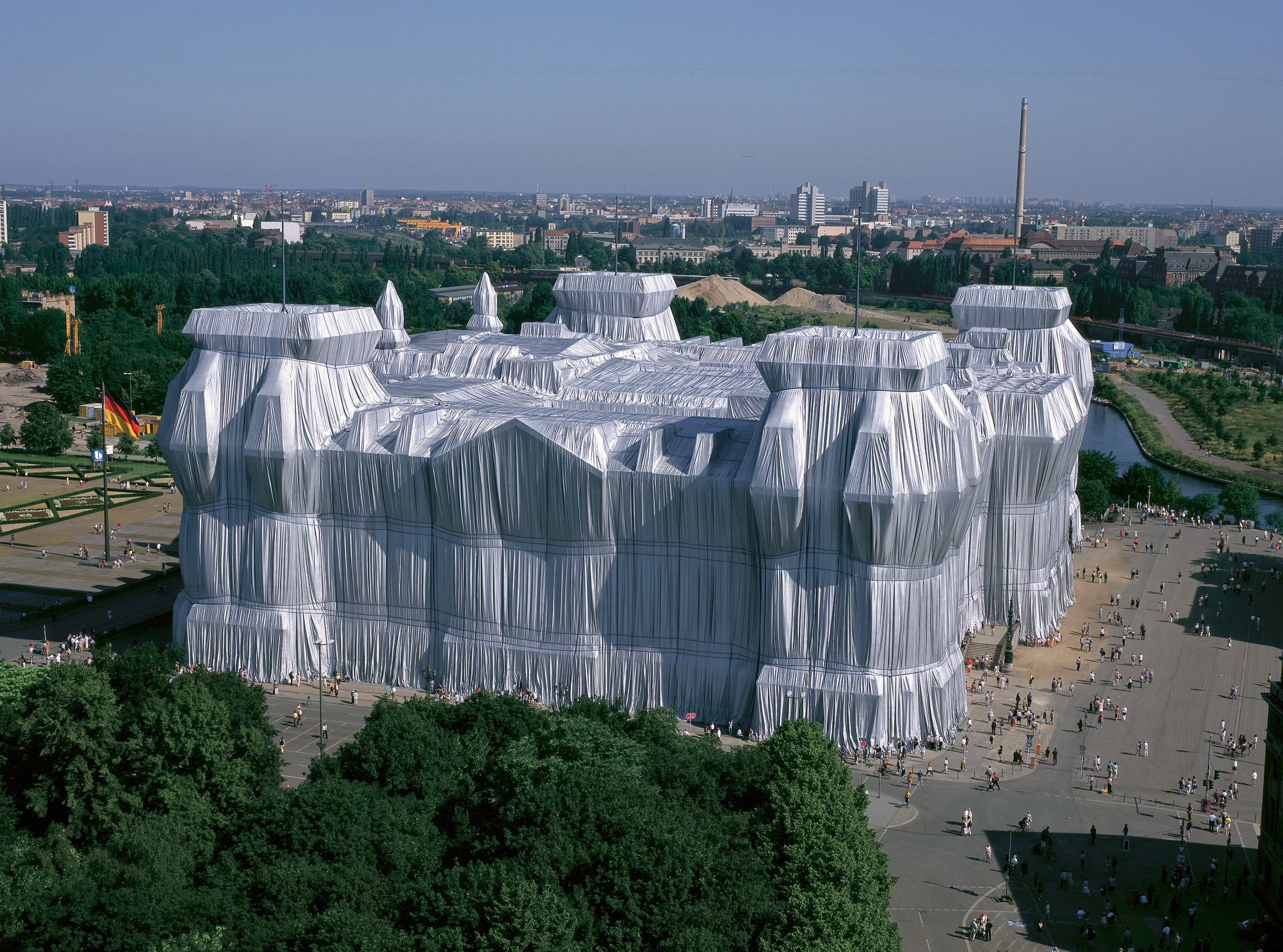 Christo and Jeanne-Claude, Wrapped Reichstag, 1995. © Wolfgang Volz