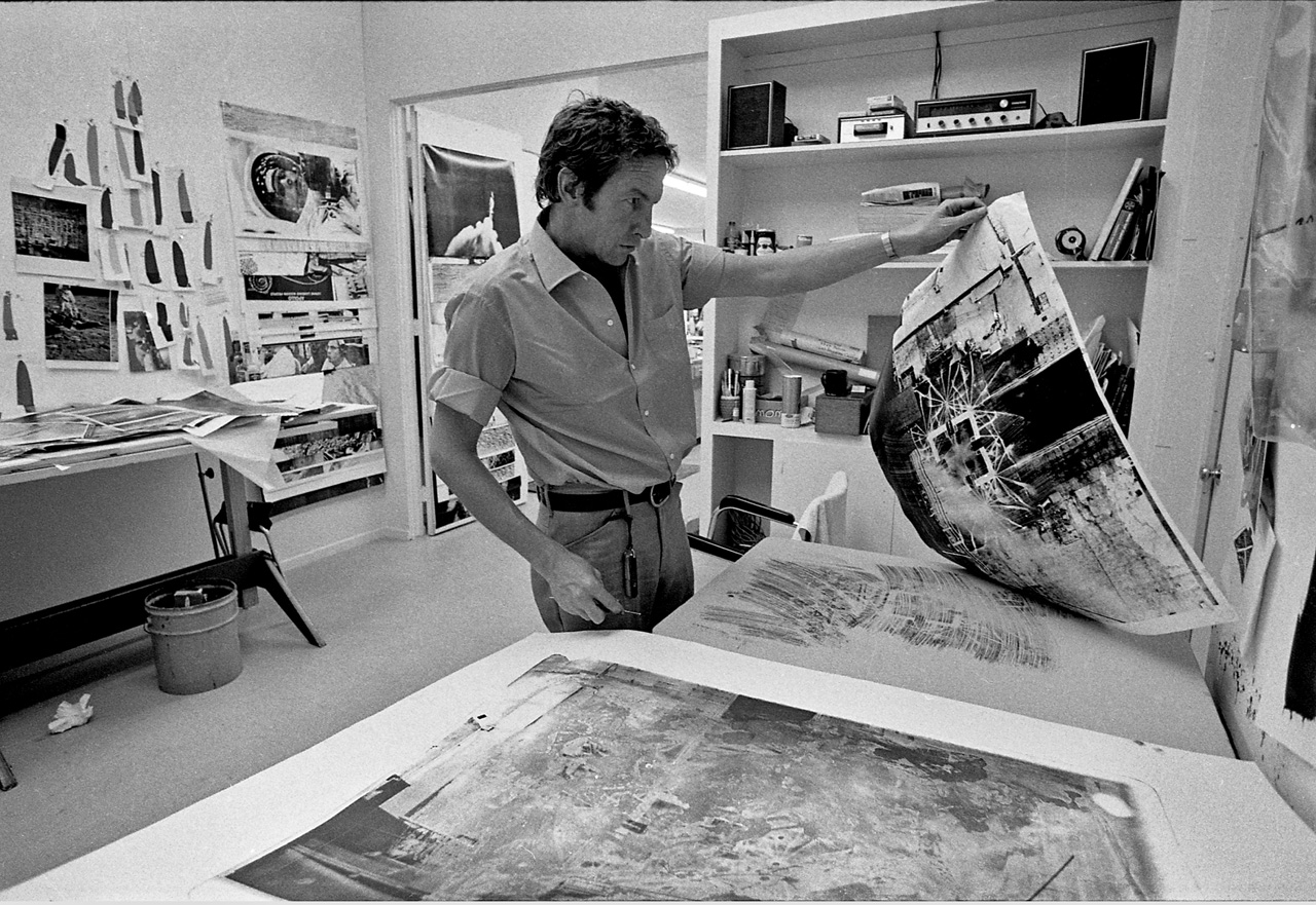 Robert Rauschenberg at work in the Gemini G.E.L. workshop, 1969. © Malcolm Lubliner