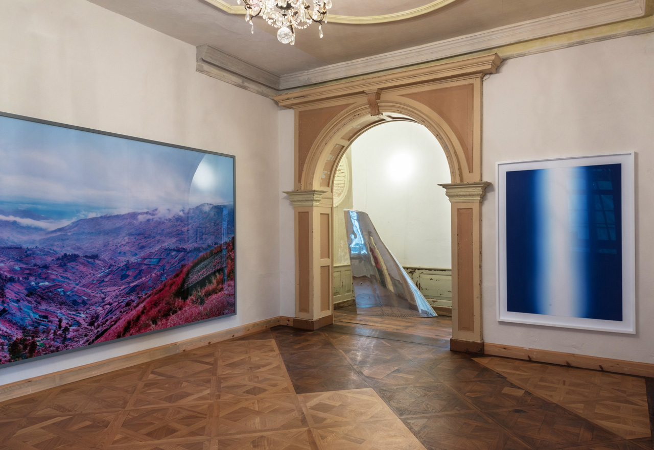 An installation shot of Schloss Kummerow, on the left a work by Richard Moss, Because the Night, in the middle a work by Fiona Banner, Mirror Fin and on the right a work by Daniele Buetti, Flagge #25