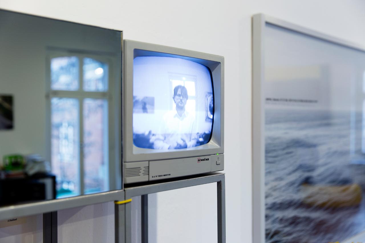 Ottmar Hörl's Monolog für Fortgeschrittene (tv screen, mirror, video camera). Image: © Petrov Ahner
